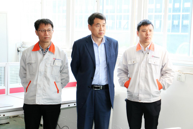 德瑞博工会主席于晓军(左)南海总工会主席王年刚(中)德瑞博研究院长剧旭(右)